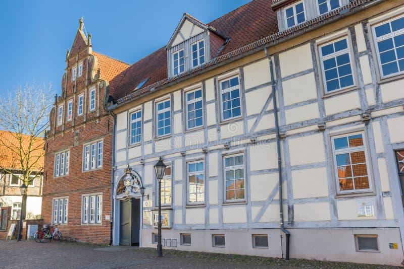 Historiska hus på en cobblestoned fyrkant i Verden arkivbilder