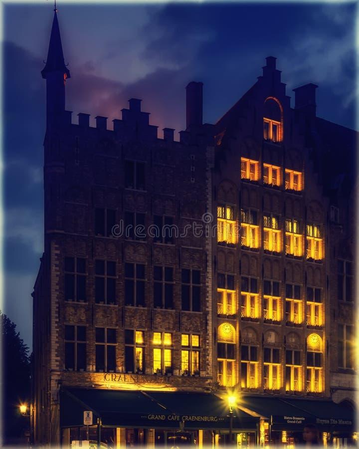 Historiska hus på marknadsfyrkanten av Bruges, Belgien på natten arkivbild