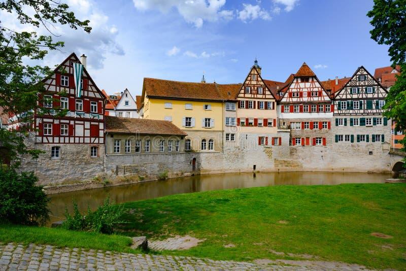 Historiska hus, stadsvägg och korsvirkes- hus i Schwabisch Hall, Tyskland royaltyfri bild