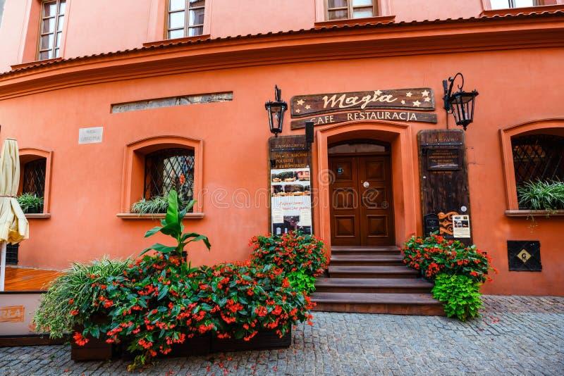 Historiska hyreshusar och utomhus- restauranger i den gamla staden i Lublin, Polen royaltyfria bilder