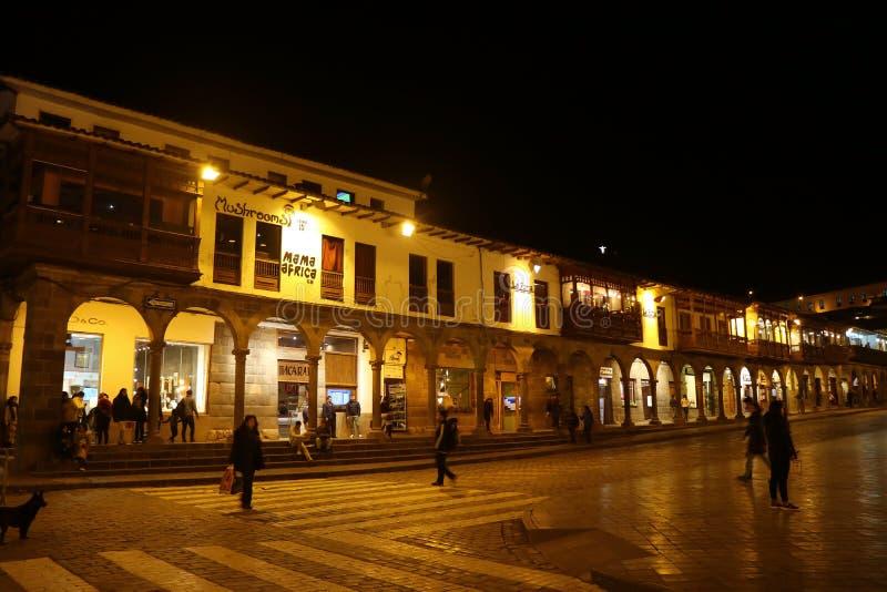 Historiska koloniala byggnader på plazaen de Armas Square med många besökare på natten, Cusco, Peru, Sydamerika, 10th Maj 2018 royaltyfri fotografi