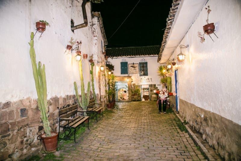 Historiska kolonialbyggnader i natt i Cusco, Peru royaltyfria foton