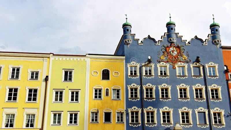Historiska kommunala byggnader av staden Burghausen royaltyfria bilder