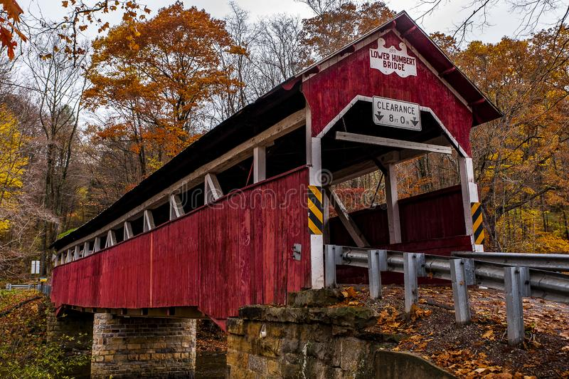Historiska lägre Humbert Covered Bridge - Autumn Splendor - Somerset County, Pennsylvania arkivbilder