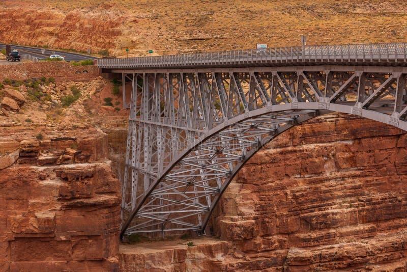 Historiska Navajobrospännvidder marmorerar kanjonen i nordliga Arizona arkivbilder