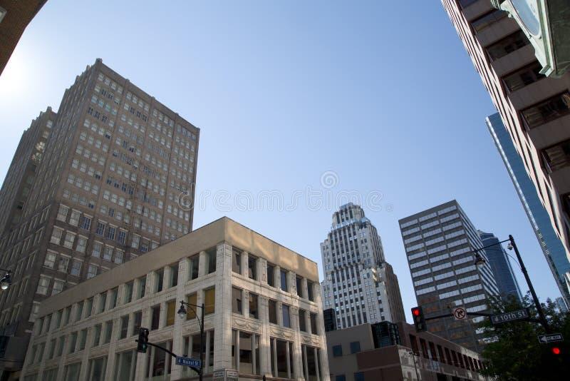 Historiska och moderna byggnader i centrum av staden Kansas arkivbild