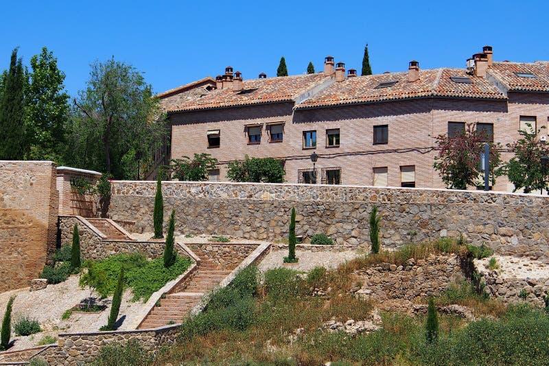 Historiska plana tegelstenhus, Toledo, Spanien arkivfoton