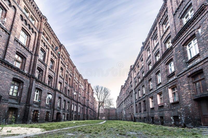 Historiska postindustrial hyreshusar i Lodz, Polen arkivbild