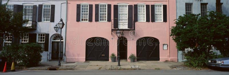 Historiska rosa färger returnerar i charlestonen, SC arkivbilder