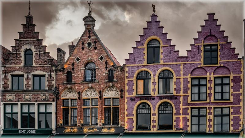 Historiska skråhus på marknadsfyrkanten av Bruges, Belgien royaltyfri foto