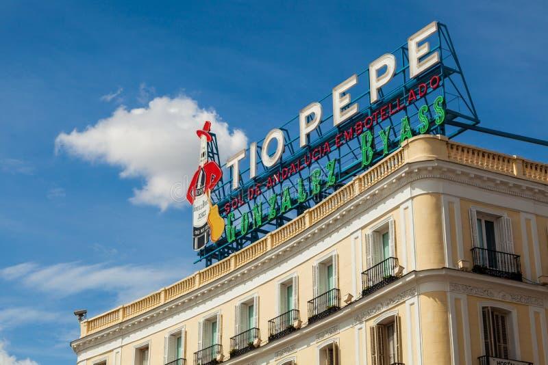 Historiska Tio Pepe Sign i den LaPuerta del Sol fyrkanten i Madrid arkivbilder