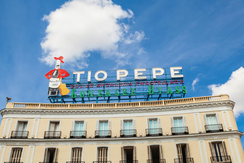 Historiska Tio Pepe Sign i den LaPuerta del Sol fyrkanten i Madrid royaltyfri bild