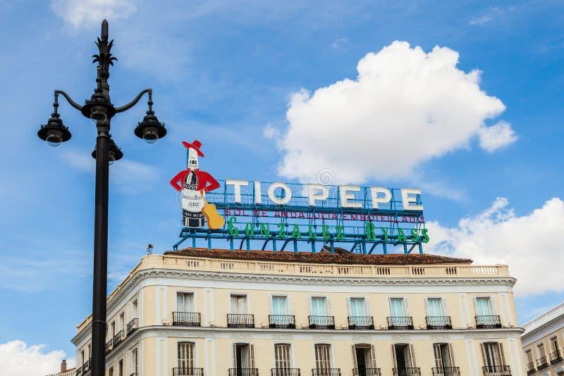 Historiska Tio Pepe Sign i den LaPuerta del Sol fyrkanten i Madrid royaltyfri fotografi