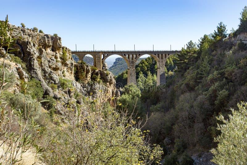 Historiska Varda Bridge, Turkiet/Adana Loppbegreppsfoto royaltyfri foto