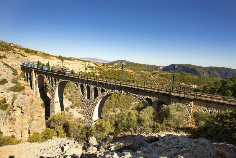 Historiska Varda Bridge, Turkiet/Adana Loppbegreppsfoto arkivfoton