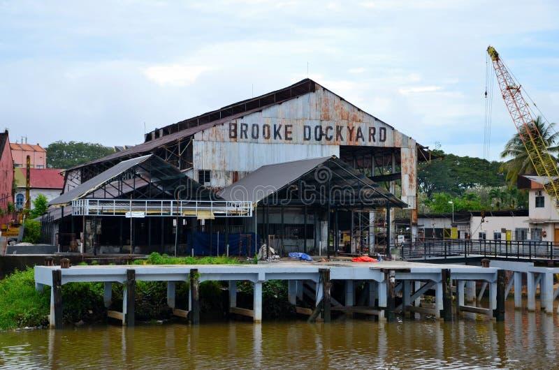 Historiskt Brooke Dockyard lätthetslager på Sarawak flodstrand Kuching Malaysia arkivbilder