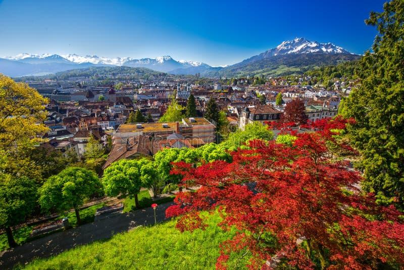 Historiskt centrum av Lucerne med berömda Pilatus berg- och schweizarefjällängar, Lucerne, Schweiz arkivbilder