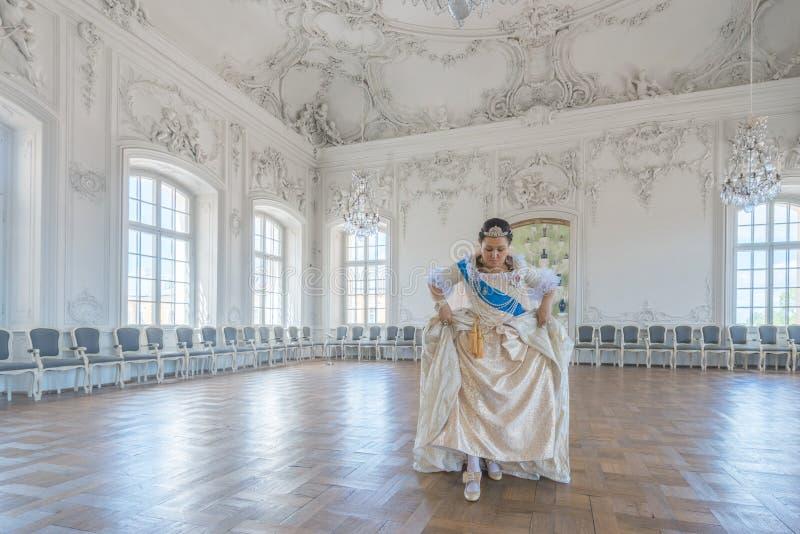 Historiskt cosplay kvinna i similituden av Catherine The Great, kejsarinna av Ryssland arkivbilder