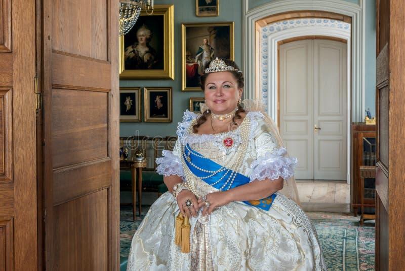 Historiskt cosplay kvinna i similituden av Catherine The Great, kejsarinna av Ryssland royaltyfria foton