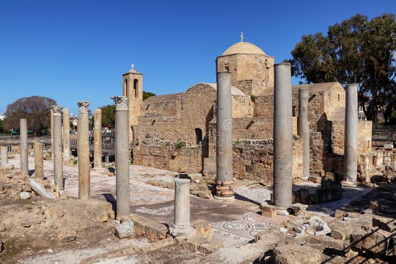 Historiskt fördärvar och kolonner av den earlzBzyantine Chrysopolitissa kyrkan Agia Kyriaki Chrysopolitissa i Kato Paphos sydligt royaltyfri bild