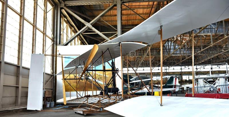Historiskt flygplanåterställande i hangar royaltyfri fotografi