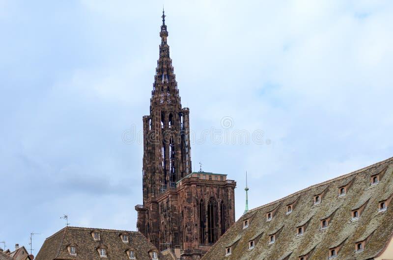 Historiskt gotiskt kyrktorn- eller klockatorn arkivfoto