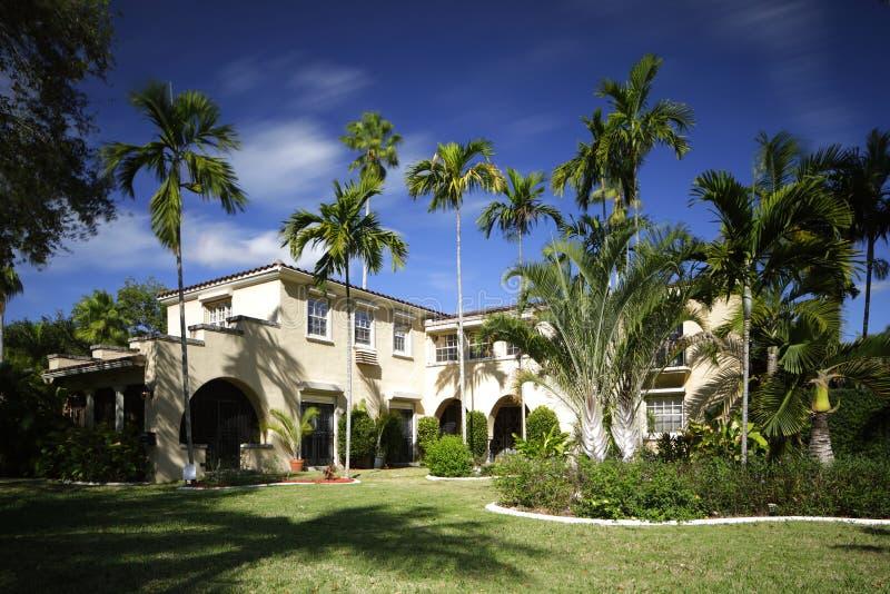 Historiskt hem för enkel familj i södra Florida på en blå himmel royaltyfria bilder