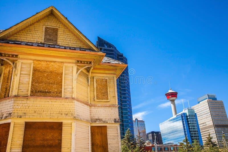 Historiskt hus framme av horisonten av Calgary royaltyfria foton