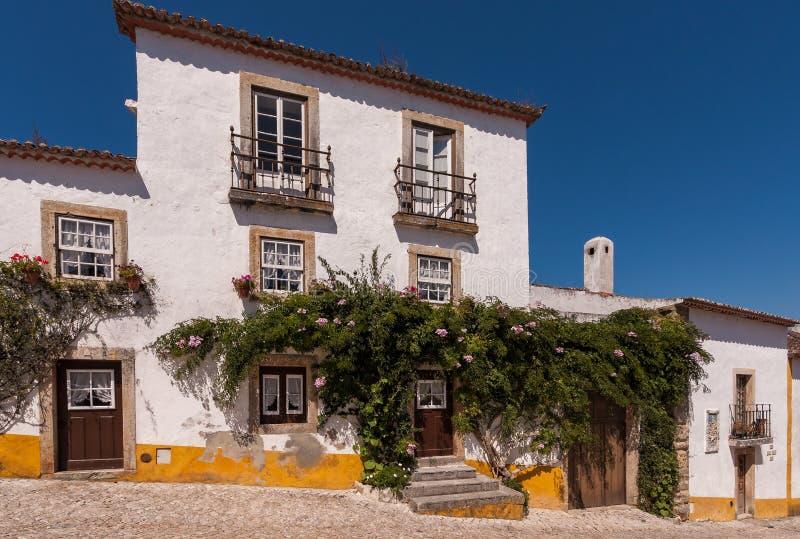 Historiskt hus i Obidos, Portugal royaltyfri bild