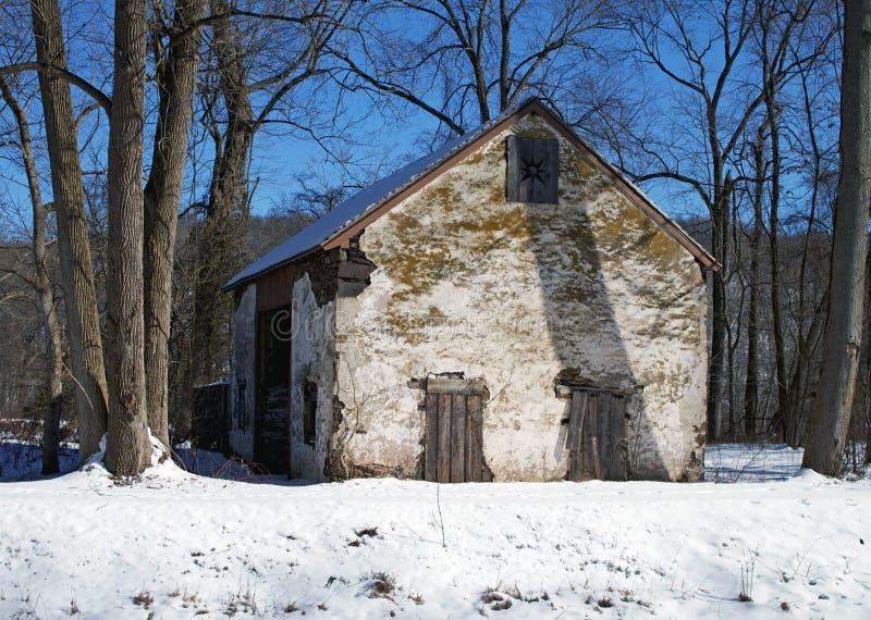 Historiskt hus i vinter arkivbilder