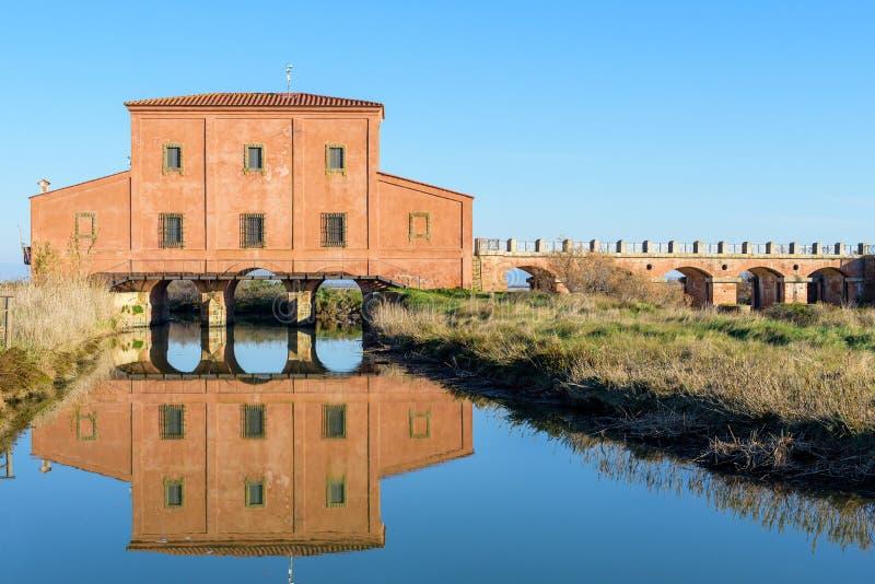Historiskt hus på vattnet arkivbild