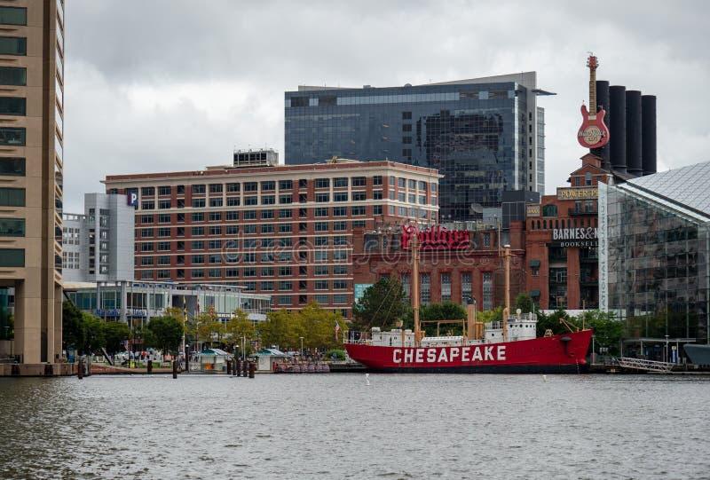 Historiskt skepp för Förenta staternafyrskeppChesapeake som anslutas i Baltimore den inre hamnen med diversehandel och det nation arkivfoton