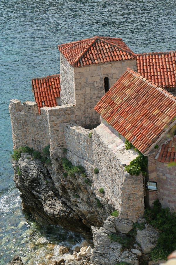 Historiskt slott vid havet royaltyfria foton