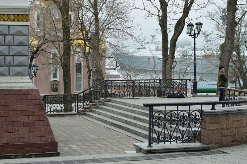Historiskt ställe som förbiser den militära hamnen i staden av Vladivostok royaltyfria bilder