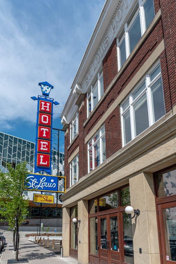 Historiskt tecken och fasad av den gamla Sten Louis Hotel arkivbilder