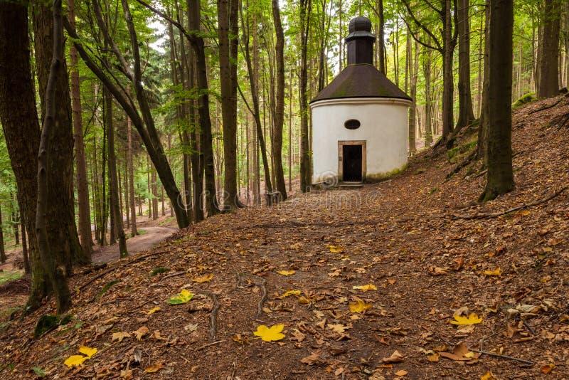 Historuc kaplica w lasach Północny Czechia obrazy royalty free