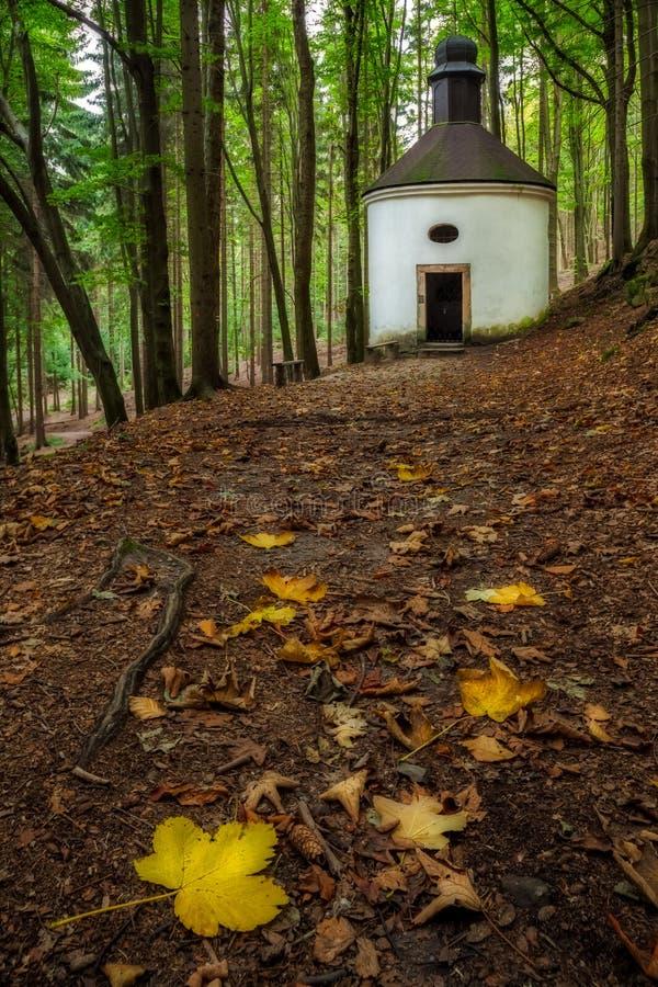 Historuc kaplica w lasach Północny Czechia zdjęcie royalty free