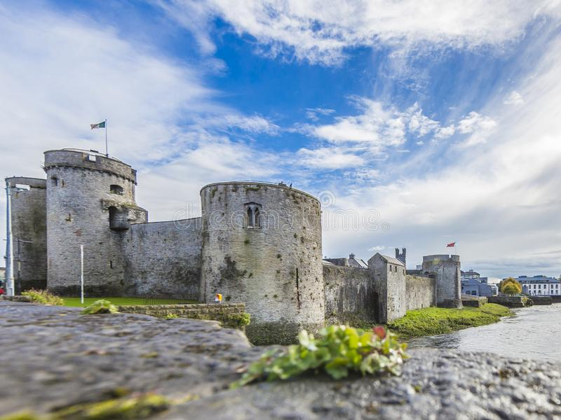 Historyczna miasto ściana limeryk z obroną góruje zdjęcie stock