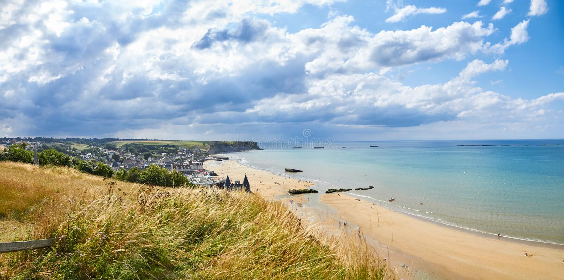 Historyczna plaża w Normandy w chmurnym błękitnym dniu zdjęcia stock