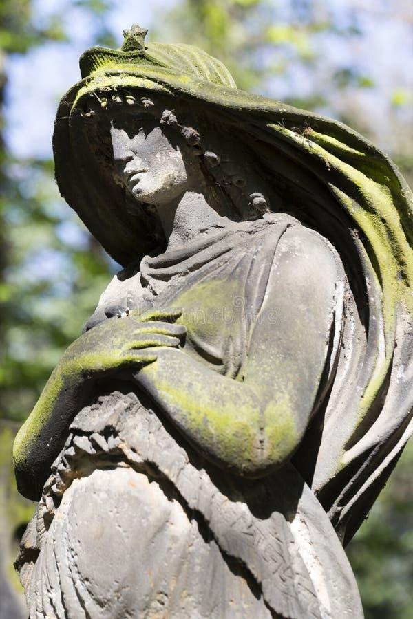 Historyczna statua na tajemnicy Praga starym cmentarzu, republika czech obrazy royalty free