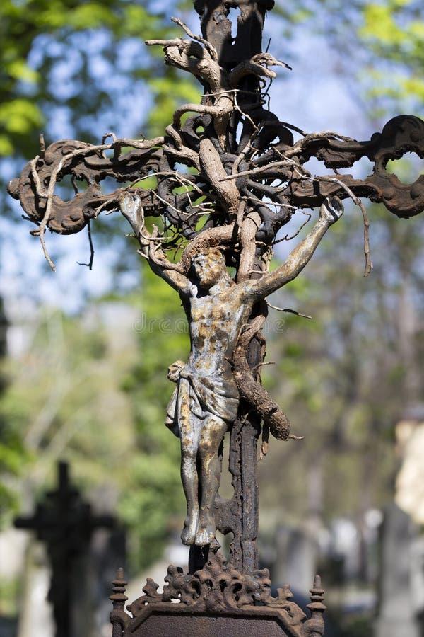 Historyczna statua na tajemnicy Praga starym cmentarzu, republika czech obrazy stock