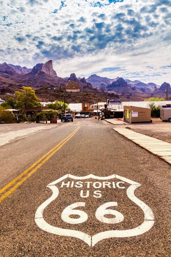 Historyczna USA trasa 66 z autostrada znakiem na asfalcie i panoramiczny widok Oatman, Arizona, Stany Zjednoczone zdjęcie royalty free