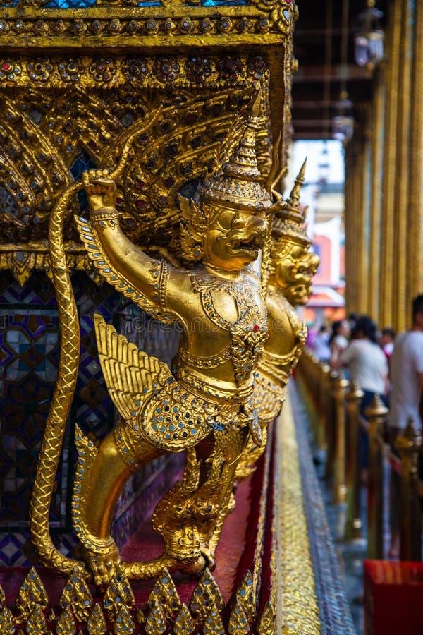 Historyczna złota statuy świątynia Uroczysty pałac w Bangkok obraz stock