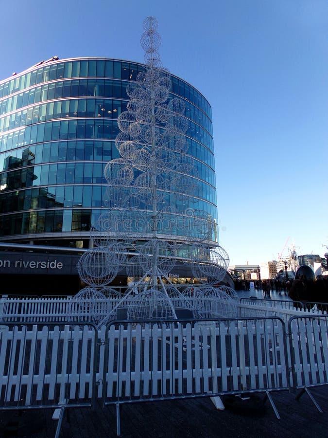 Historyczne i nowoczesne budynki wzdłuż rzeki Thames w Londynie, Wielka Brytania obraz stock