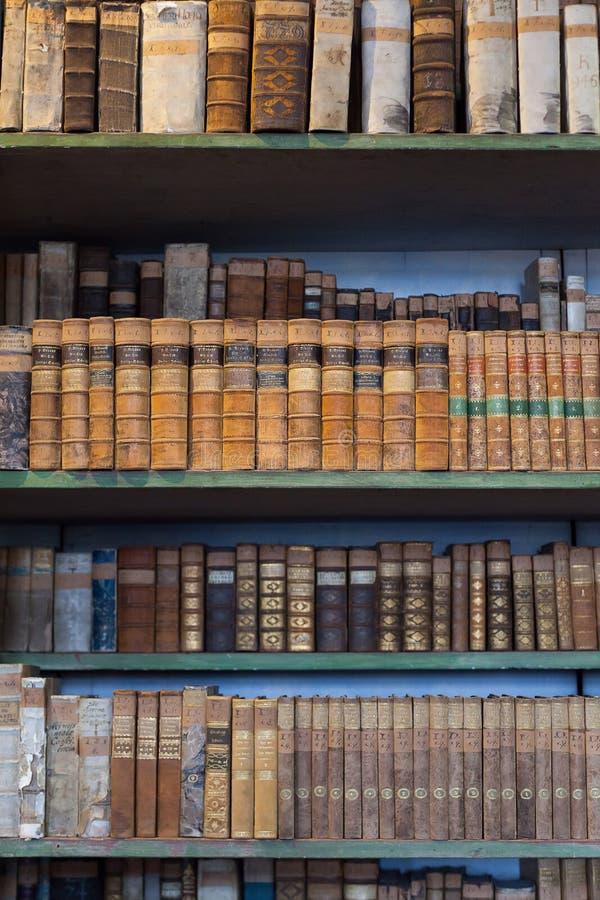 Historyczne stare książki w bibliotece, drewniany półka na książki fotografia royalty free