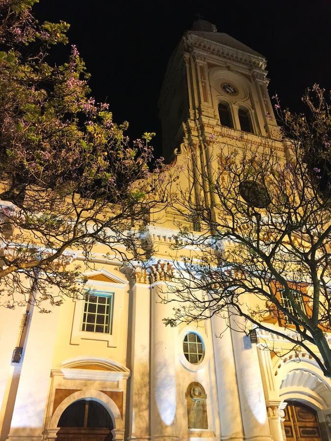 Historycznego budynku fasada Jaskrawy Zaświecająca przy nocą w Cuenca Ekwador zdjęcie stock