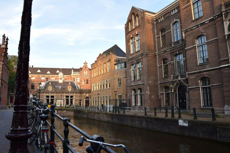 Historyczni budynki wzdłuż kanałowych ulic Amsterdam, Holandia holandie fotografia stock
