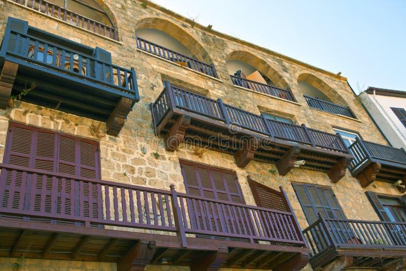 Historyczni domy przy schronieniem w Kyrenia, Cypr. zdjęcie stock