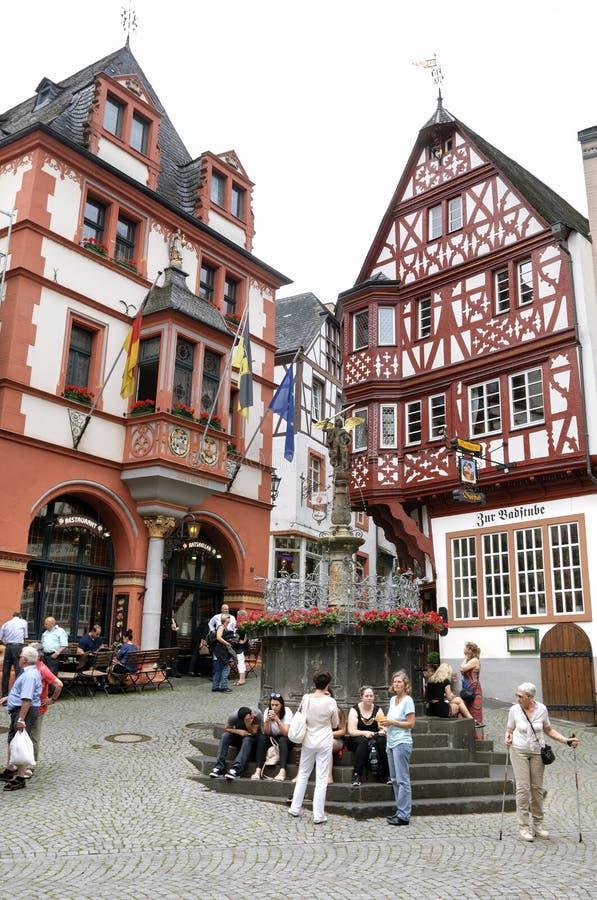 Historyczni ryglowi domy, turyści w Bernkastel zdjęcia stock