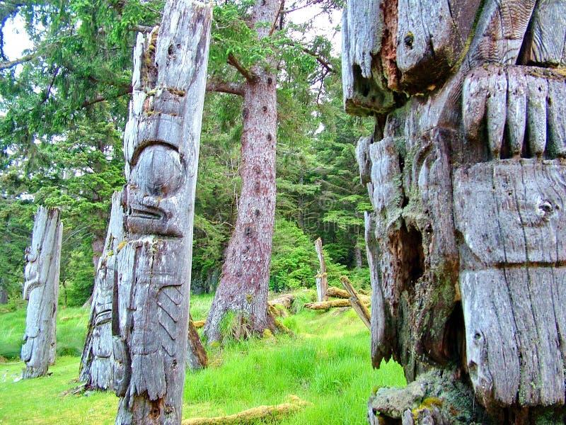 Historyczni totemów słupy, Ninstints, Haida Gwaii, obrazy royalty free